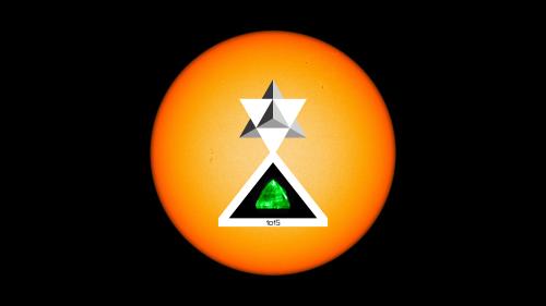 La_estrella_Angel_reposa_sobre_la_piramide